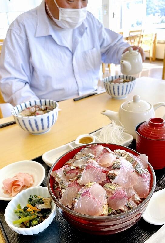 提供される「小浜よっぱらいサバ炙り丼」=4月15日、福井県小浜市川崎1丁目の若狭フィッシャーマンズ・ワーフ