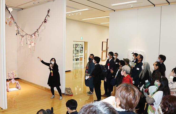 大賞の作品を説明する小林さん(左)=小矢部市のアートハウスおやべ