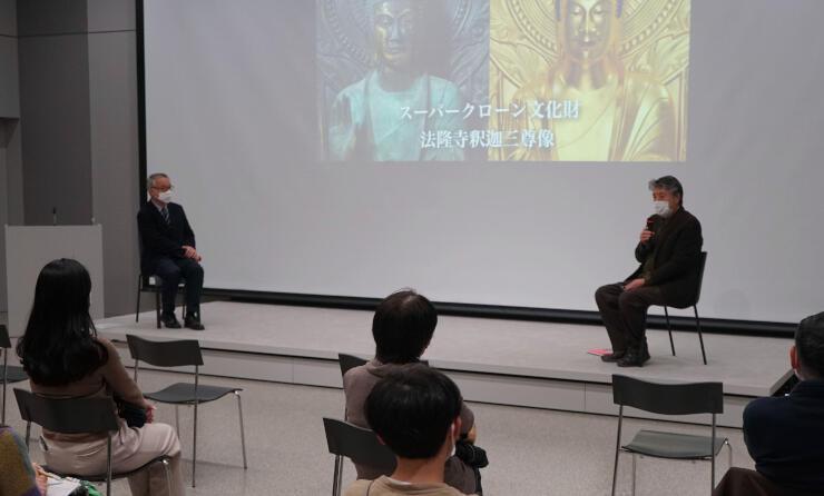 対談する深井名誉教授(右奥)と松本館長(左奥)