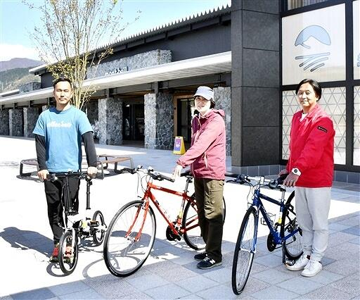 貸し出しを開始する小径車(左)とクロスバイク=4月15日、福井県大野市の道の駅「越前おおの 荒島の郷」