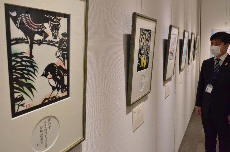 柳沢さんの切り絵が並ぶ企画展