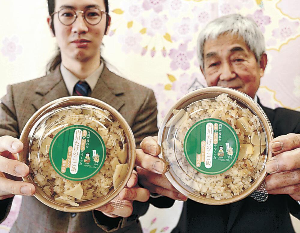 髙野さん(左)が販売を始めるたけのこご飯=金沢市役所