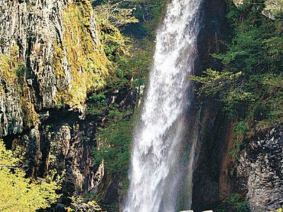 落差32メートル、しぶき豪快 白山・綿ケ滝
