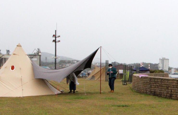 「かしわざきセントラルビーチ」でテントを張る利用者=柏崎市西港町