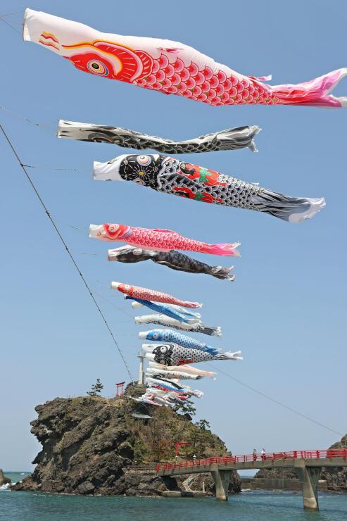 海風を受けて、ゆらゆらと泳ぐこいのぼり=20日、糸魚川市能生