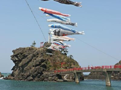 海風受けて およげ!こいのぼり 糸魚川市能生・弁天岩