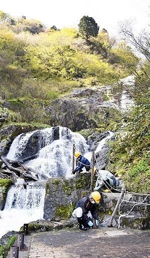 遊歩道に柵が設置された仏御前の滝=4月20日、福井県大野市仏原