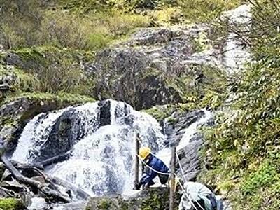 仏御前の滝、4年ぶり滝開き 遊歩道に柵 福井県大野市