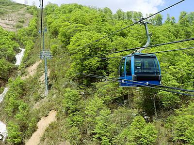 新緑と残雪 空から散策 苗場ドラゴンドラ 春の観光営業