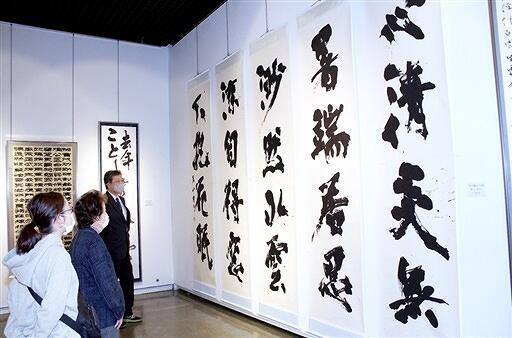 会員70人による作品が並ぶ書道展=4月22日、福井県福井市美術館