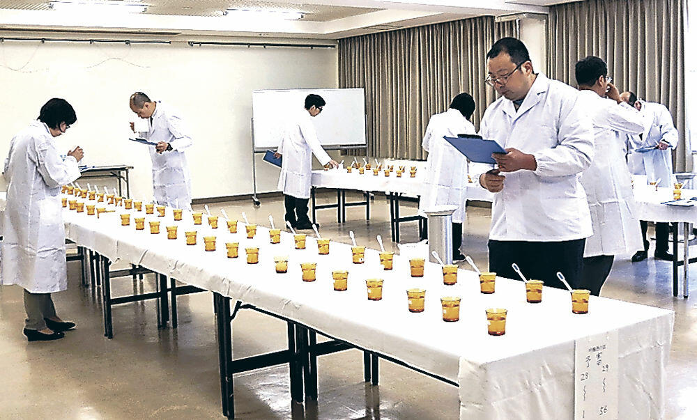 酒の味や香りを確かめる審査員=珠洲市産業センター