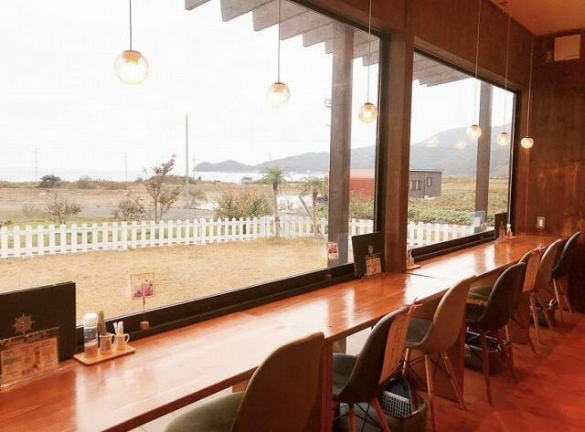 海を眺めながら食事を楽しめるマハナテーブル=福井県美浜町