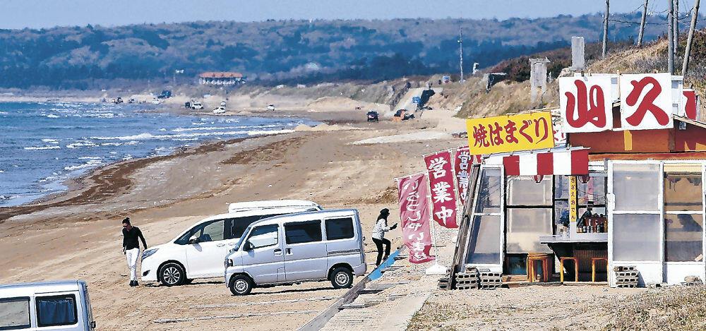 千里浜なぎさドライブウェイ沿道の店を訪れる客=宝達志水町敷浪