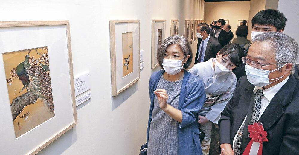 古邨の作品を鑑賞する開場式出席者=金沢市の石川県立歴史博物館