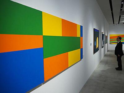 抽象画の創作過程、触れて 軽井沢で花田和治さん作品展