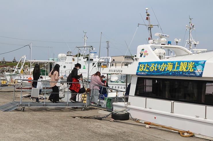 遊覧船キラリンに乗り込む乗客