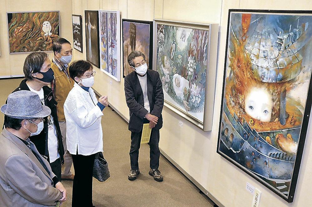県内最高水準の美を楽しむ来場者=加賀市美術館