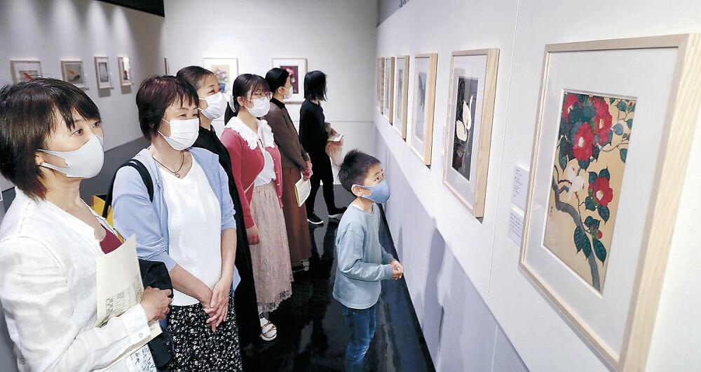 里帰りした郷土絵師の花鳥版画を鑑賞する来場者=金沢市の石川県立歴史博物館