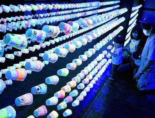 児童たちが越前和紙に蛍光色で描いたこいのぼりアート=4月25日、福井県越前市の卯立の工芸館