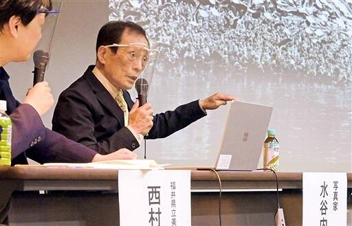撮影時のエピソードを語る写真家の水谷内健次さん=4月25日、福井県福井市の県立美術館