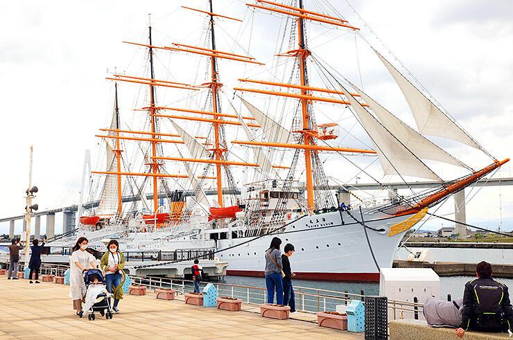 新型コロナ対策のため一部の展帆になったが優美な姿を見せる帆船海王丸=海王丸パーク