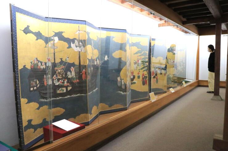 お宝公開展で展示されている「南蛮渡来図屛風」=新潟市江南区