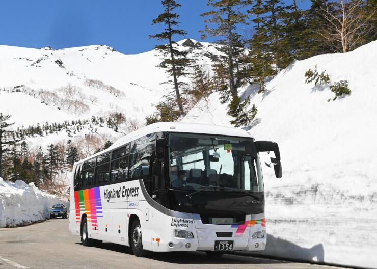 2年ぶりの運行を前に雪景色の中を試運転した乗鞍岳春山バス=26日午前11時26分、松本市安曇