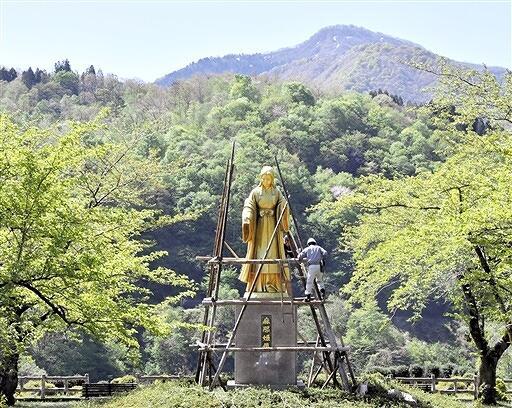 新緑の季節を迎え、約5カ月ぶりにお目見えした麻那姫像=4月26日、福井県大野市下若生子