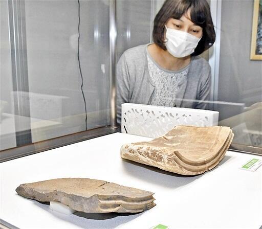 高善庵遺跡で見つかった瓦片(手前)。興道寺廃寺跡のものと比べ形がゆがんでいる=4月21日、福井県美浜町歴史文化館