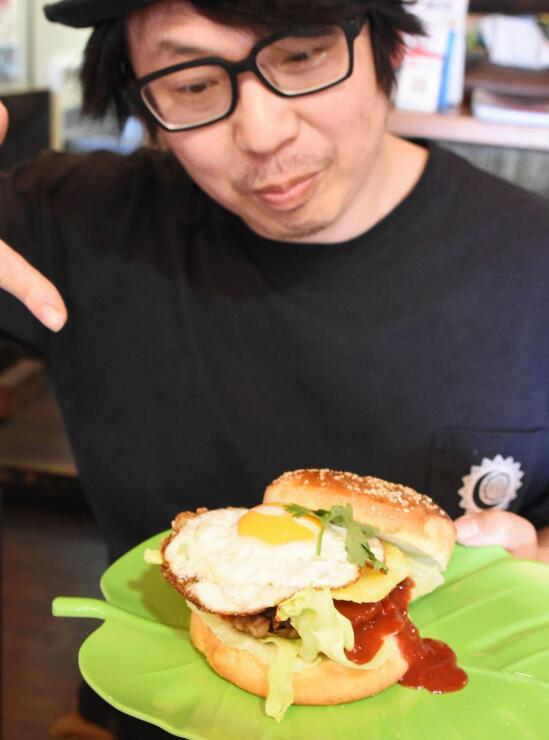 「砕け散るバーガー」と店主の田中さん