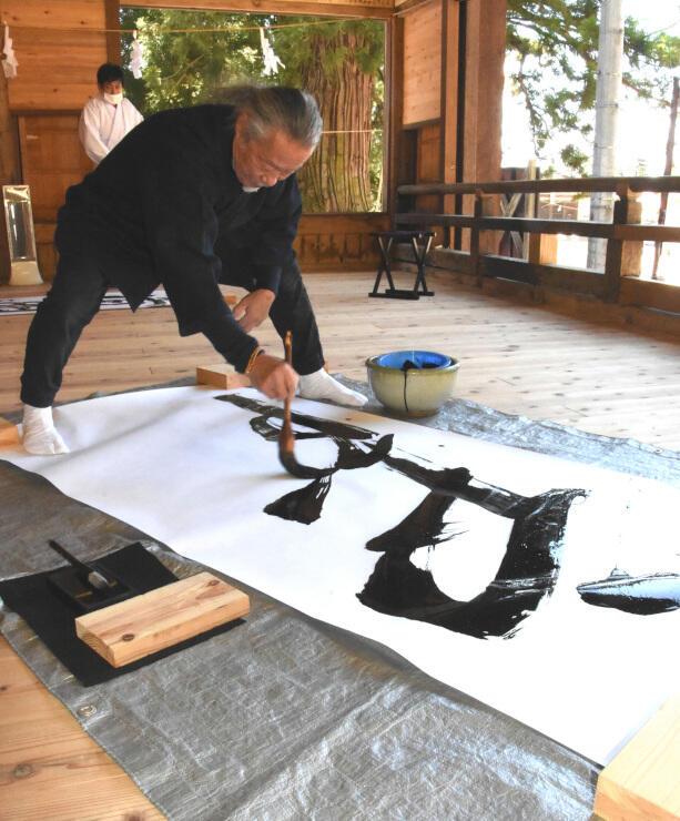 畳大の紙に大きく「戸隠」と書く喜多郎さん