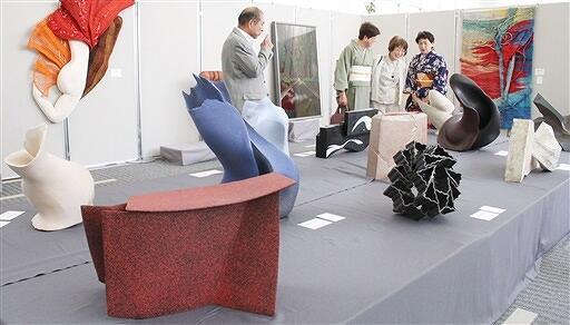 毎年独創的な作品が並ぶ現代工芸美術家協会福井会展=2019年、福井新聞社・風の森ギャラリー
