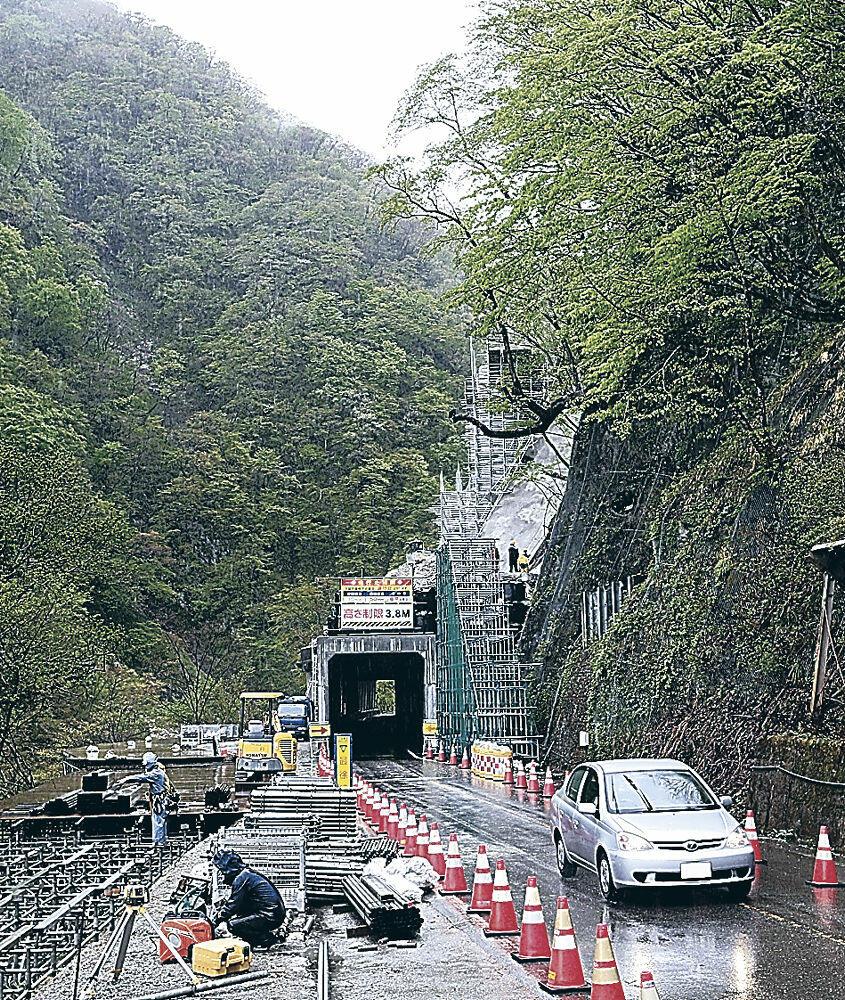 開通した石川県側の無料区間を通行する車両=白山市の白山白川郷ホワイトロード