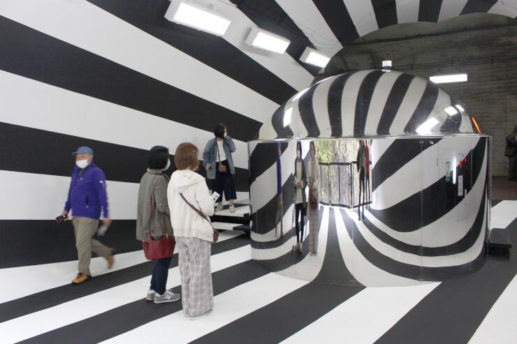 リニューアルで白と黒の2色に塗られた清津峡渓谷トンネルの第2見晴所=29日、十日町市小出
