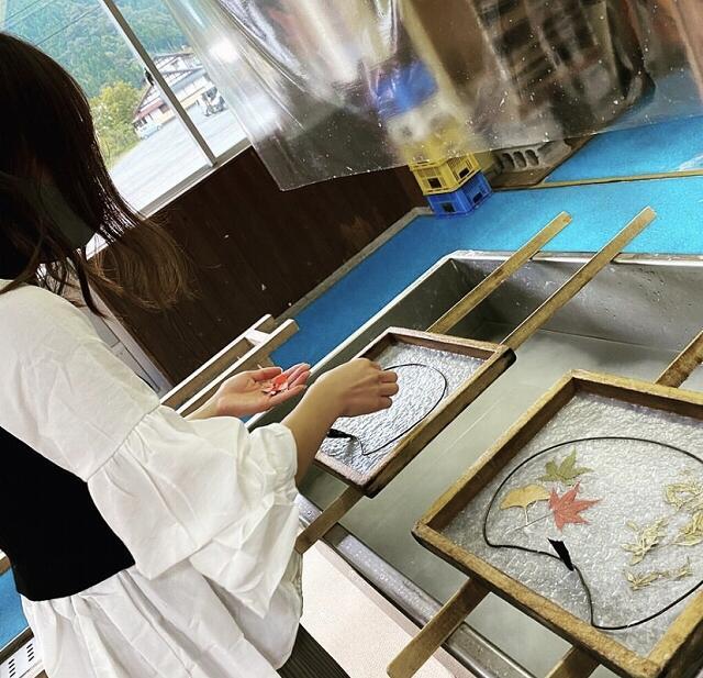 越前和紙作り体験=福井県越前市の「越前和紙の里パピルス館」