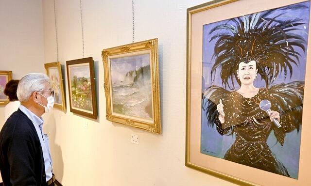 思い思いの絵画が並ぶ「向日葵の会」の作品展=4月30日、福井県福井市の県立美術館