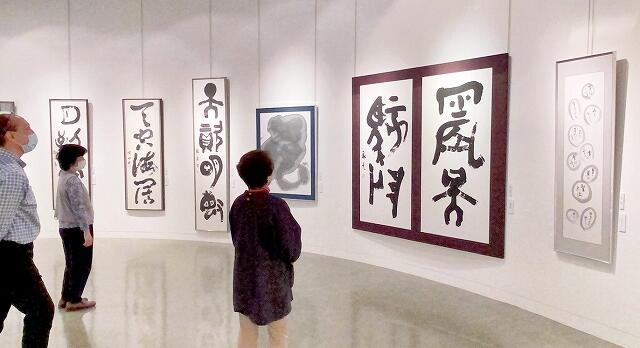 多彩な106点の作品が並ぶ天遊社の第10回記念書展=4月29日、福井市美術館