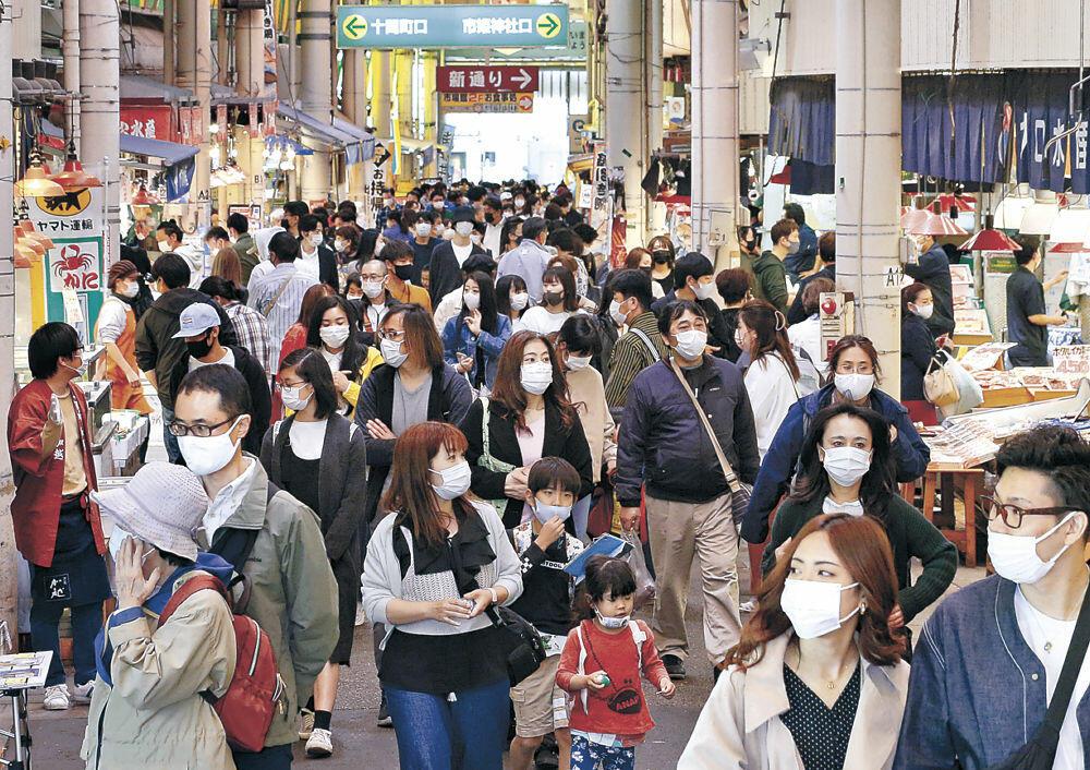 大勢の人で混雑するアーケード=近江町市場