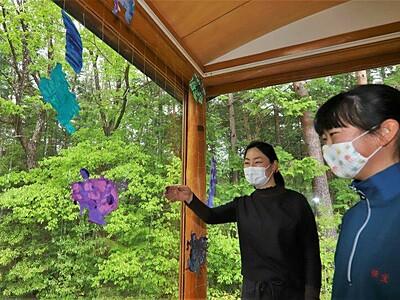 新緑背景に色鮮やかアート 中川美術館でワークショップ