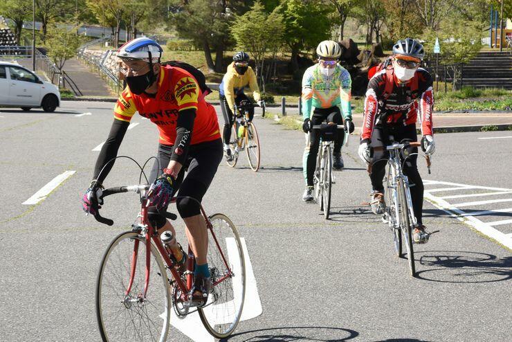 レトロな自転車にまたがり、四賀地区を出発する参加者