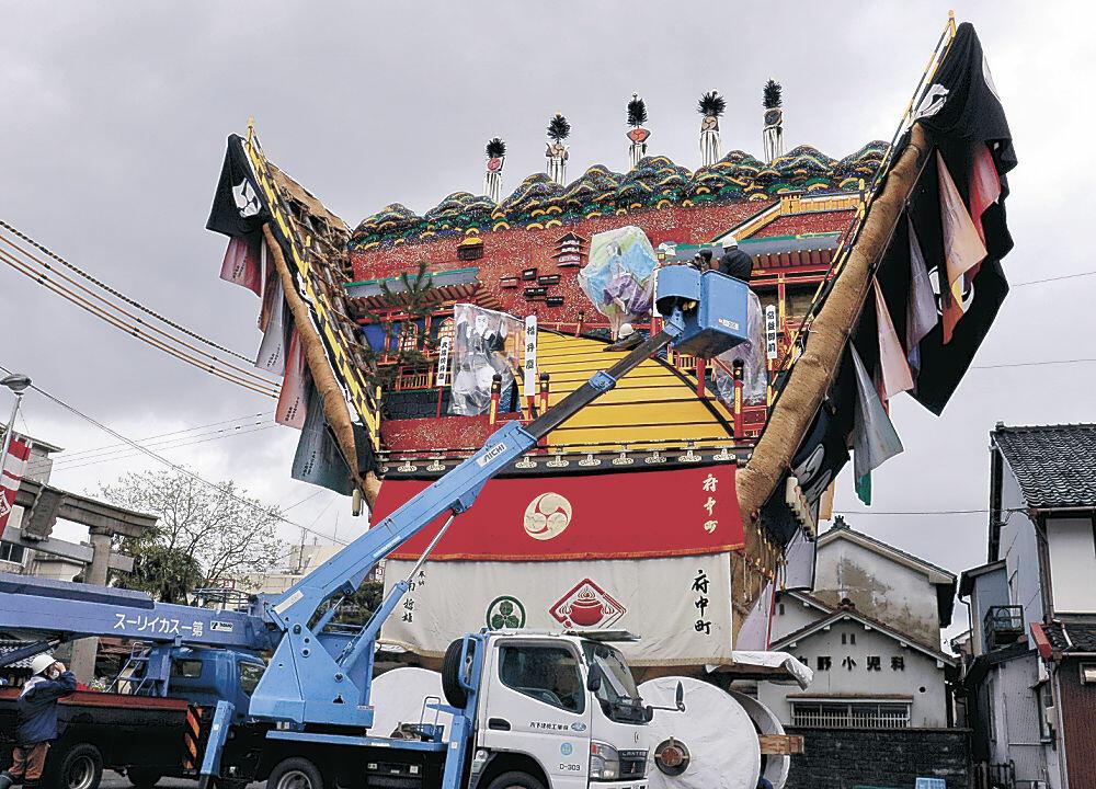 でか山の舞台の飾り付けを進める若衆=七尾市府中町の印鑰神社
