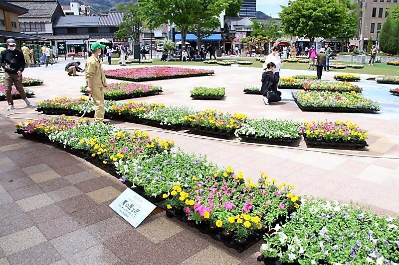 花々が彩り鮮やかなセントラルスクゥエアのタペストリーガーデン