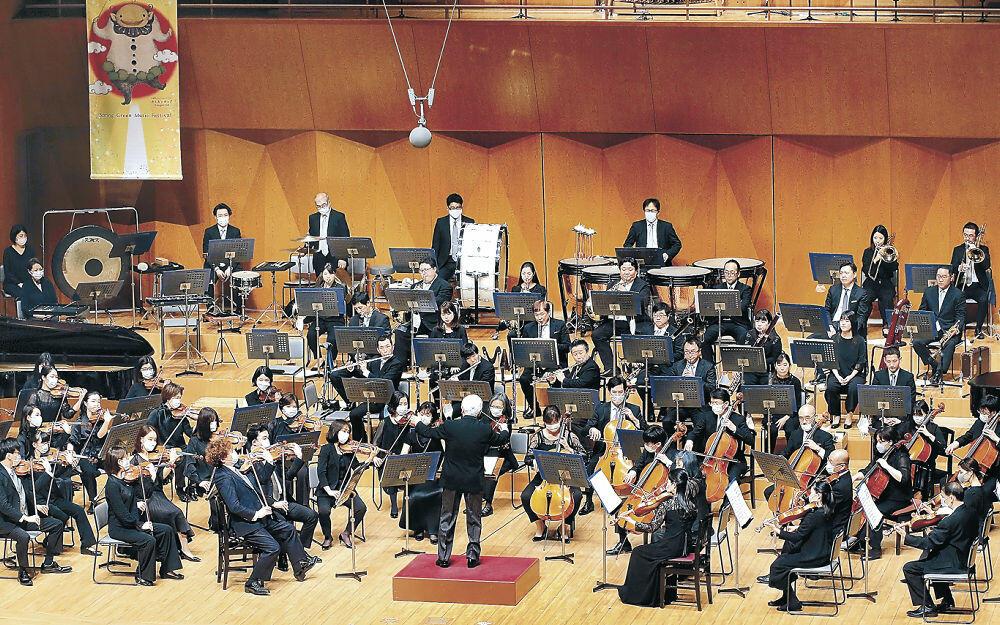 華々しく「ローマの松」を演奏する大阪フィルハーモニー交響楽団=金沢市の石川県立音楽堂コンサートホール