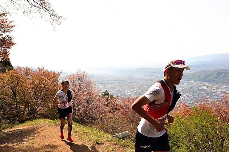 上田市街地を見下ろす太郎山を走る参加者たち