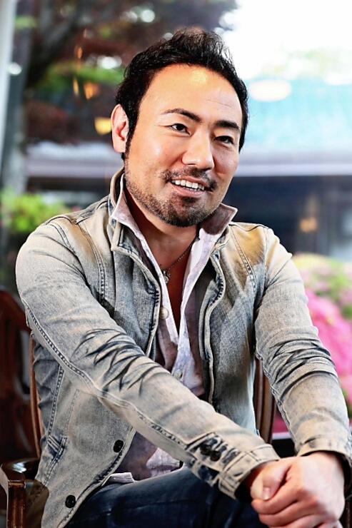 コンサート後、インタビューに答えるピアニストの西川悟平さん