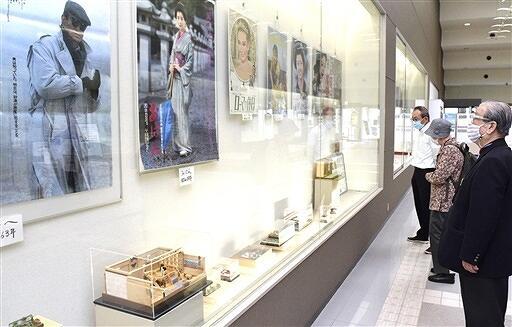 昭和・平成の映画ポスターとミニチュア作品を披露している展示会=福井県坂井市の三国コミュニティセンター