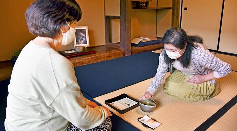 故水野九右衛門氏の生誕100年を記念した特別呈茶=5月7日、福井県越前町の越前古窯博物館