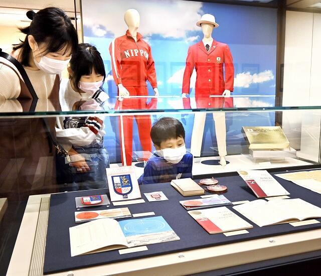 1964年の東京五輪にまつわる品が展示されている企画展=5月1日、福井県福井市の県立歴史博物館