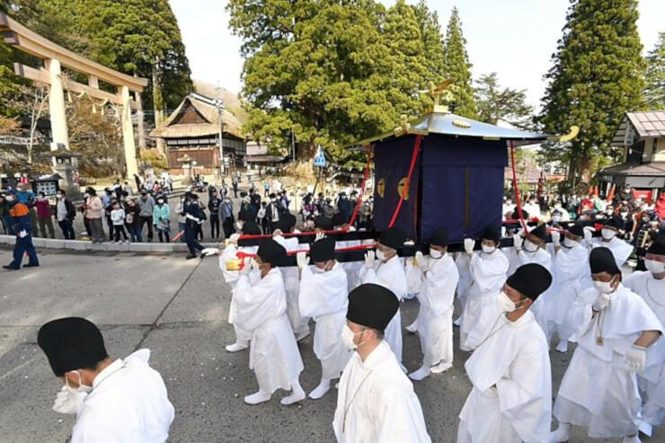 人々が見守る中を進んだ「渡御の儀」の行列=9日午後3時25分、長野市戸隠