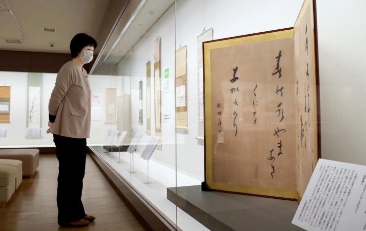 八一の俳句が書かれたびょうぶなどが並ぶ会場=新潟市中央区の會津八一記念館